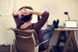 オフィスで足を投げ出す女性