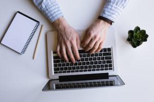 MacBook Proで作業する男性