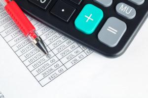 電卓と赤いペン