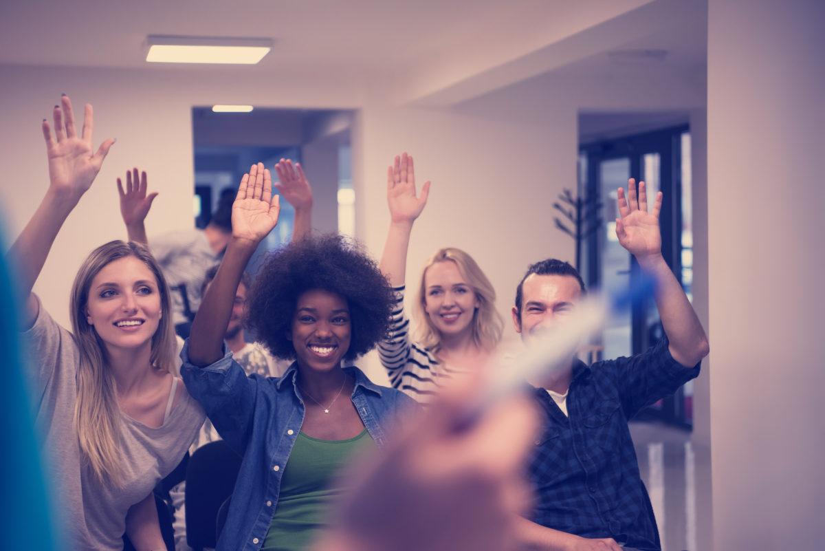 挙手する生徒たち