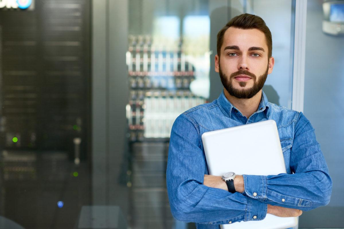 パソコンを持った男性