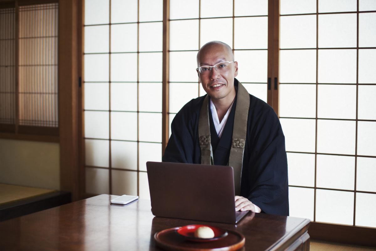 パソコンを使う僧侶