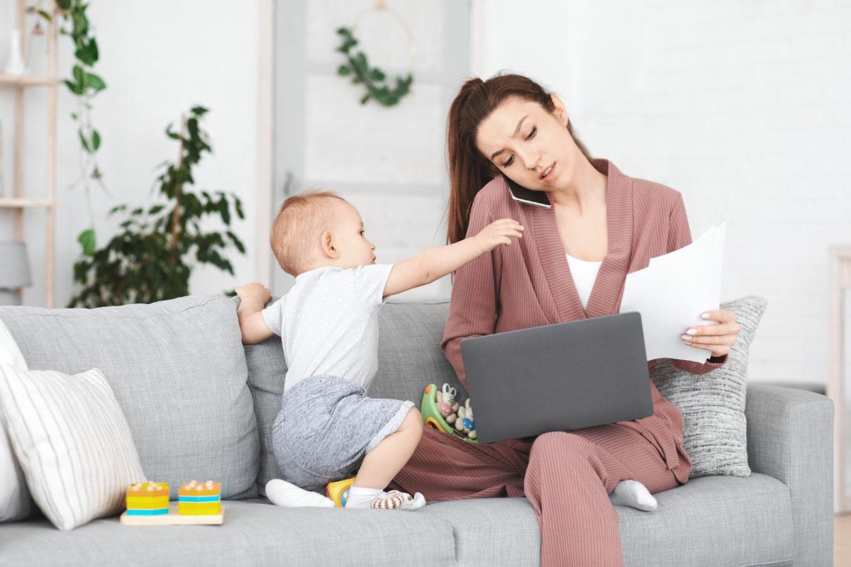 仕事する女性と乳幼児
