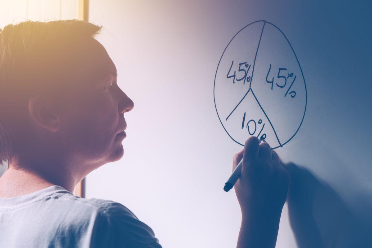 円グラフを描く女性