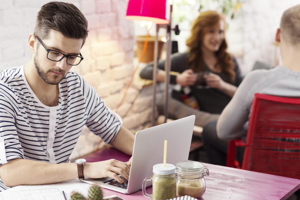 カフェで学習する男性